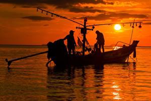 Обои для рабочего стола Рассветы и закаты Море Лодки Мужчины Азиаты Ловля рыбы Солнца Силуэт Работают