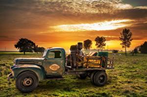 Фотография Рассвет и закат Грузовики Старинные Траве Старый Сбоку Автомобили