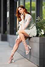 Фотография Taylor Freeze Рыжих Поза Сидя Платья Ноги