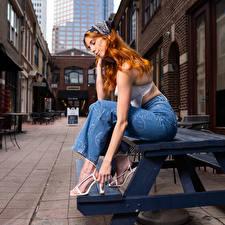 Фотографии Taylor Freeze Рыжая Сидящие Джинсы молодые женщины