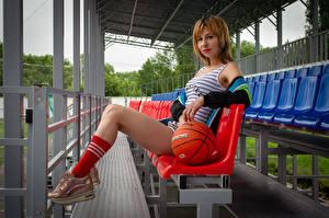 Картинка Victoria Borodinova Сидя Мяч Ноги Майка Смотрят молодые женщины