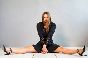 Фотография Сидящие Ног Платье Смотрит Xenia девушка