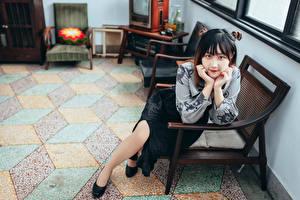 Картинки Азиаты Кресло Сидит Смотрят молодые женщины