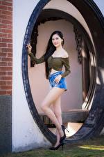 Фото Азиаты Брюнетка Поза Ноги Шорт Смотрят молодые женщины