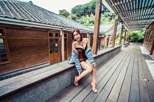 Картинки Азиаты Платья Сидящие Ног Взгляд Девушки