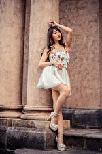 Картинки Азиаты Позирует Платье Ног молодые женщины