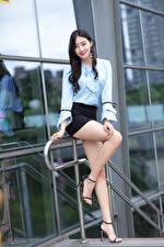 Фотографии Азиатка Поза Ног Юбке Блузка Улыбка Взгляд Брюнетки молодая женщина