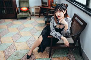 Картинка Азиаты Сидя Кресло Смотрит молодые женщины