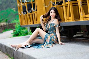 Фотографии Азиаты Сидит Платье Ноги Взгляд Девушки