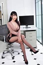 Фотографии Азиаты Сидящие Ноги Блузка Вырез на платье Смотрит Девушки