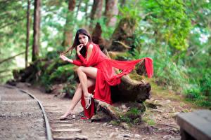 Картинки Азиатки Сидит Ноги Платья Смотрят девушка
