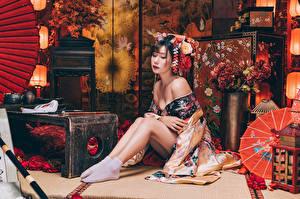 Фотография Азиаты Сидящие Ног Кимоно молодые женщины