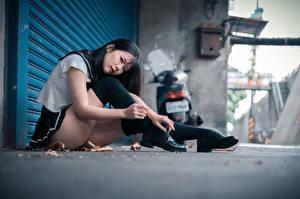 Фотографии Азиаты Сидящие Ног Униформа Школьница Взгляд молодые женщины
