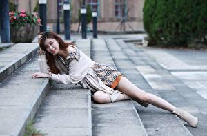 Фотография Азиатки Лестница Лежит Ног Взгляд Шатенки молодые женщины