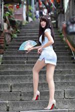Картинка Азиатки Лестницы Позирует Ноги Платье Веер девушка