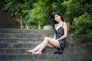 Фото Азиаты Лестницы Кусты Брюнетки Платье Сидя Рука Ноги Улыбка молодые женщины