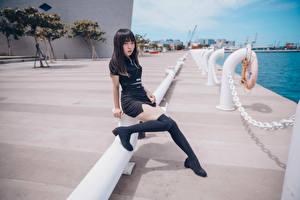 Картинка Азиатка Набережная Сидя Ног Гольфы Униформе Взгляд молодая женщина