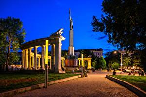 Обои Австрия Вена Памятники Вечер Городская площадь Soviet War Memorial