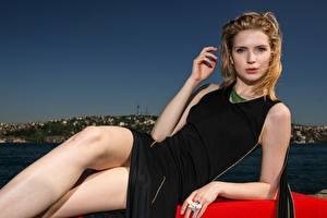 Картинки Блондинок Лежат Смотрят Руки Платье Ноги Поза молодая женщина