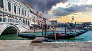 Картинки Мост Рассветы и закаты Лодки Италия Уличные фонари Венеция Rialto Bridge Города