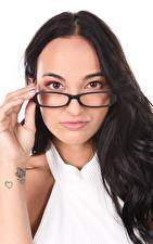 Фото Claudia Bavel Белым фоном Брюнетка Мейкап Рука Татуировки Взгляд Очков молодая женщина