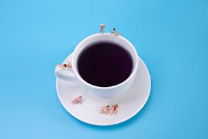 Фотографии Креатив Кофе Мужчины Женщины Цветной фон Чашке Тарелке Пляж Пища