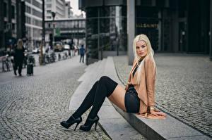 Обои для рабочего стола Блондинка Сидя Ноги Взгляд Размытый фон Гольфах Franziska молодая женщина