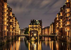 Фотография Германия Гамбург Здания Замок Речка Мост Ночью Лучи света Water castle Speicherstadt город