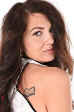 Фотографии Gia Ren iStripper Белый фон Шатенки Смотрит Волос Макияж Татуировки Девушки