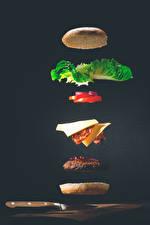 Обои Гамбургер Булочки Котлета Нож Овощи Серый фон Пища
