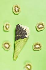 Обои Мороженое Киви Цветной фон Вафельный рожок Кусочек Продукты питания