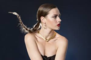 Фотографии Украшения Ожерелье Серый фон Косички Серьги Мейкап молодые женщины
