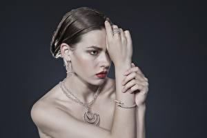 Обои Украшения Ожерелье Серый Взгляд Кольцо Серьги Руки Брюнетка Девушки картинки