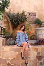 Фото Leona Mia Сидящие Платья Ноги Взгляд девушка