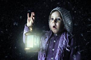Картинка Девочки Ночные Уличные фонари Руки Удивлена Дети