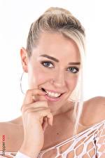 Обои для рабочего стола Marica Chanelle iStripper Белый фон Блондинка Смотрит Улыбка Макияж Руки молодые женщины