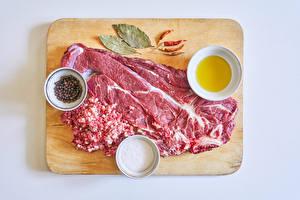 Обои Мясные продукты Перец чёрный Приправы Острый перец чили Серый фон Разделочной доске Соль Еда