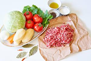 Фотография Мясные продукты Овощи Помидоры Капуста Картошка Приправы Соль Белым фоном minced meat Продукты питания