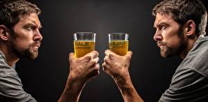 Фото Мужчины Пиво Руки Бокал Смотрит