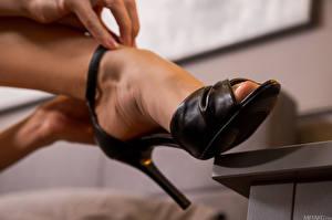 Картинки Monika May Крупным планом Туфли Ноги девушка
