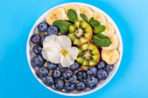 Фото Мюсли Черника Бананы Киви Цветной фон Продукты питания