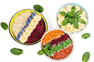 Фото Мюсли Овсянка Фрукты Овощи Черника Тарелка Три Белым фоном Пища
