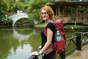 Картинка Парк Боке Путешественник Рюкзак Взгляд Очки Улыбается Рыжая молодая женщина