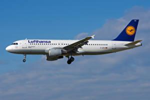 Картинки Самолеты Пассажирские Самолеты Эйрбас Сбоку A320-200, Lufthansa Авиация