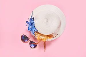 Картинки Розовый фон Шляпы Очки
