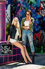 Фото Блондинок Брюнетка Две Ног Платья Смотрит Негр Saina Bo and Soraya девушка