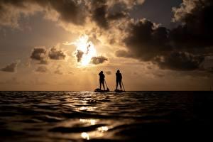Картинка Море Рассвет и закат Два Силуэты