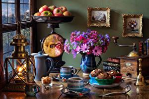 Фотография Натюрморт Букет Яблоки Керосиновая лампа Кофе Капкейк кекс Ваза Кружка Еда Цветы