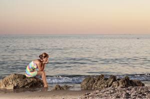 Обои Рассветы и закаты Море Камни Платье Сидит Девушки картинки