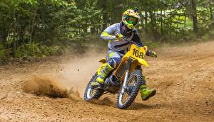 Фотографии Suzuki Мотоциклист Шлема Едущий Suzuki RM 125